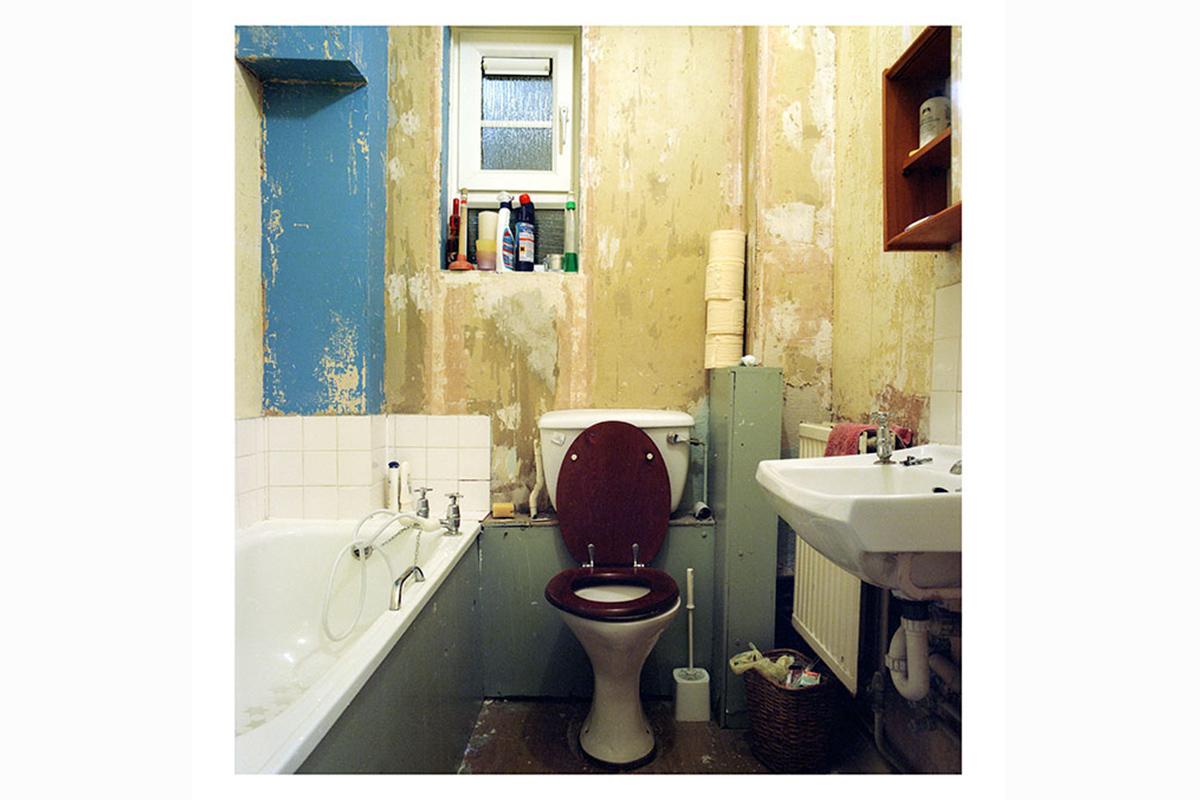 photographic research in a abandoned household interiors 07 by Debora Marcati